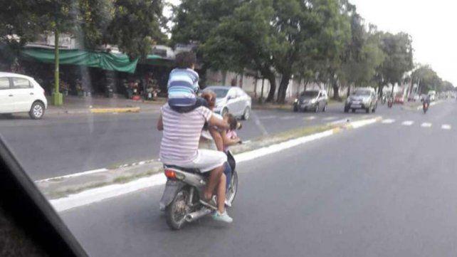 Tucumán: circulaba en una moto con un chico en los hombros