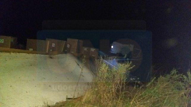 Por esquivar un vacuno volcó un camión que transportaba tabaco