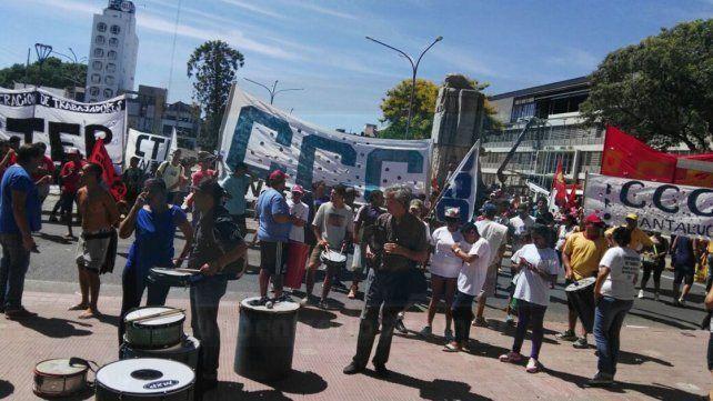 Organizaciones sociales y gremios marcharon contra la política de ajuste del Gobierno