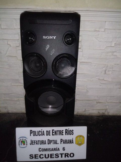 La columna de sonido fue robada y descartada en el barrio Belgrano. Foto PER.