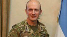 Militar. Licenciado en Estrategia y Organización, es especialista en paracaidismo e instructor de andinismo.