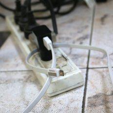 El cargador de celular enchufado, pero no conectado al dispositivo, sigue consumiendo.Foto Uno: Diego Arias.