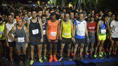 La largada. Los atletas preparados para salir a correr en una competencia que se vivió de gran manera en la Costanera de Paraná. Hubo un buen marco.