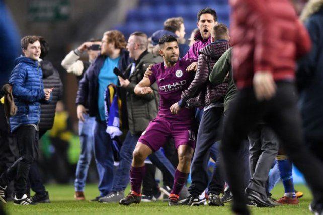 El Kun Agüero reaccionó contra un hincha rival tras derrota del City