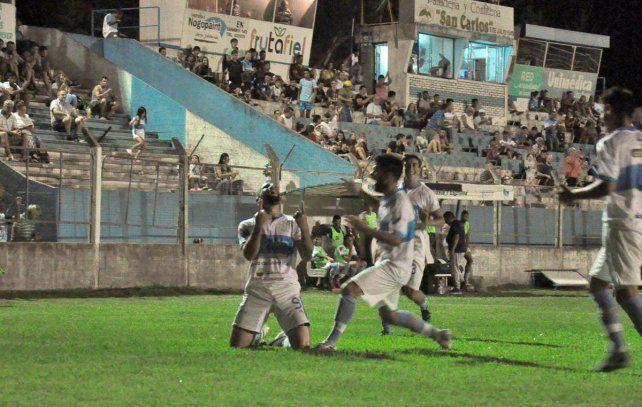 Festejo. El DT Acosta sacudió al plantel y los hinchas mandando al banco a Leguizamón y el equipo lo respaldó con una actuación en crecimiento.