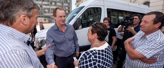 El gobernador en la puerta de la Casa de Gobierno de Entre Ríos. Foto prensa gobernación.
