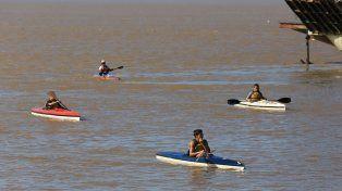 En el Puerto. Los chicos, en la llegada, tras una siesta a pleno remar en el río Paraná. Ellos lo disfrutan y sobre todo aprenden.