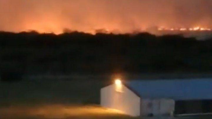 Arduo trabajo de Bomberos para sofocar un importante incendio en Santa Elena