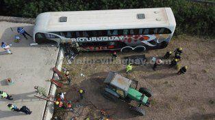 Fuertes imágenes del colectivo que se incrustó en un puente en construcción sobre la ruta 18