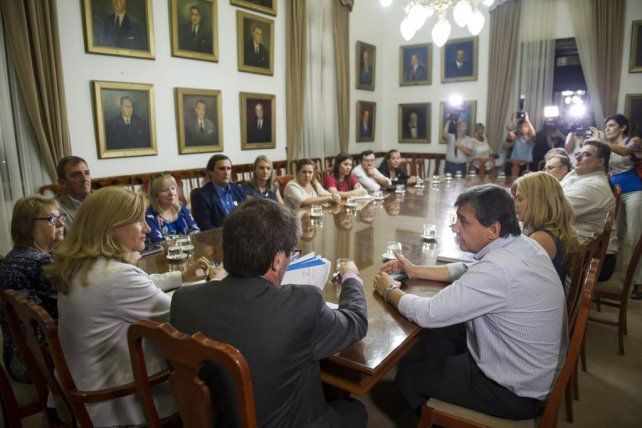 Diálogo. El jueves la reunión estuvo presidida por los ministros provinciales Hugo Ballay y Rosario Romero.