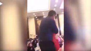 VIDEO | Besó a la novia de su hijo en plena boda y se armó