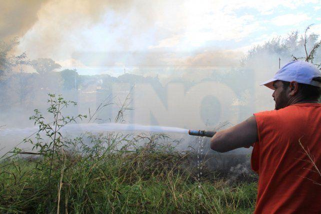 Empleado municipal realiza la cobertura de los bomberos.  Foto <b>UNO</b> Juan Ignacio Pereira. <div><br></div>