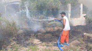 Un municipal tirando agua en los límites. Foto UNO Juan Ignacio Pereira.