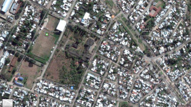 El predio del exfrigorífico municipal tiene casas de familias y un club de fútbol como vecinos.