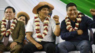 El presidente de Bolivia, Evo Morales (al centro), participó este miércoles en un acto público en la sureña ciudad de Yacuiba, Bolivia. Allí puso paños fríos a la polémica con Argentina.