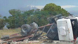 Impactante accidente entre un auto y un camión en la ruta 11