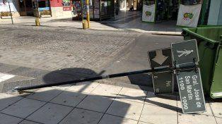 El cartel que indica el cruce de la peatonal con calle Perú en pleno centro paranaense.