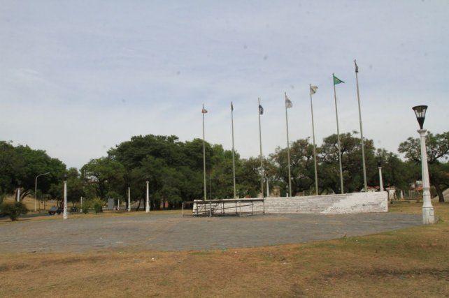 Esta mañana trabajadores municipales limpiaron la plaza donde se realizó el encuentro. Foto UNO Juan Ignacio Pereira.