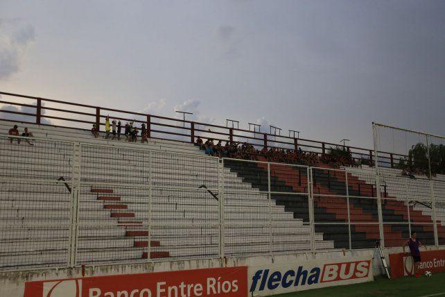 En la fecha anterior ante Chacarita se hizo una prueba piloto donde ingresaron a la tribuna Grella jugadores de las categorías inferiores.Foto UNO: Diego Arias.