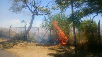 un incendio de grandes proporciones se desato en la zona de la exfabrica de cemento