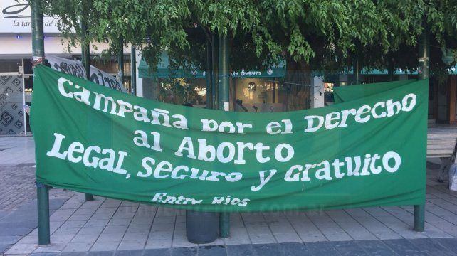 La plaza de Mayo de Paraná se llenó de pañuelos verdes pidiendo por el Aborto Legal