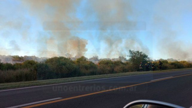 Los automovilistas para soprendidos y sacan fotos del incendio. Foto UNO