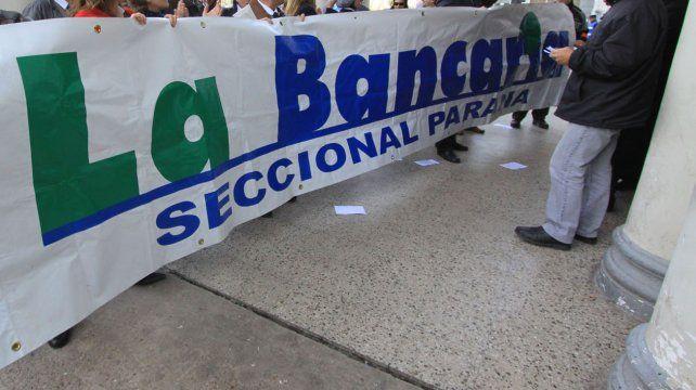 Foto UNO Archivo. Bancarios en la puerta de la Casa de Gobierno.