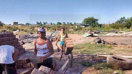 En pleno trabajo, en las ladrillerías de calle Miguel David y Doctor Martínez