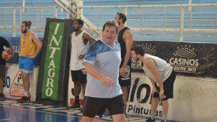 En movimiento. El entrenador nacido en Oncativo hace 48 años se mostró activo en la primera práctica ayer por la mañana en el estadio Luis Butta.