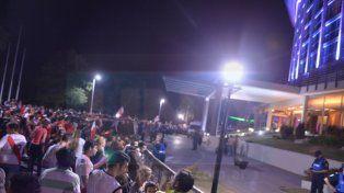Una multitud espera por River en la puerta del Mayorazgo. Foto UNO.