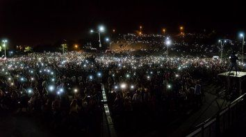 Miles de celulares iluminan el puerto de la capital entrerriana. Foto gentileza Municipalidad de Paraná.