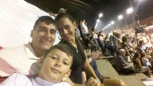 De todo el país. El pivote jugó en todos lados y representó a Entre Ríos en dos Campeonatos Argentinos. Con su hijo Santiago y su señora Soledad.