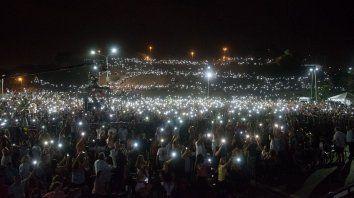 Espectacular. Las luces de los celulares iluminaron la noche sobre las barrancas, a la vera del río Paraná.