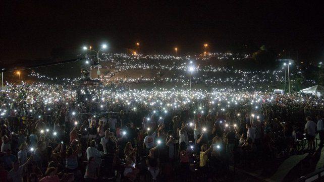 Espectacular. Las luces de los celulares iluminaron la noche sobre las barrancas