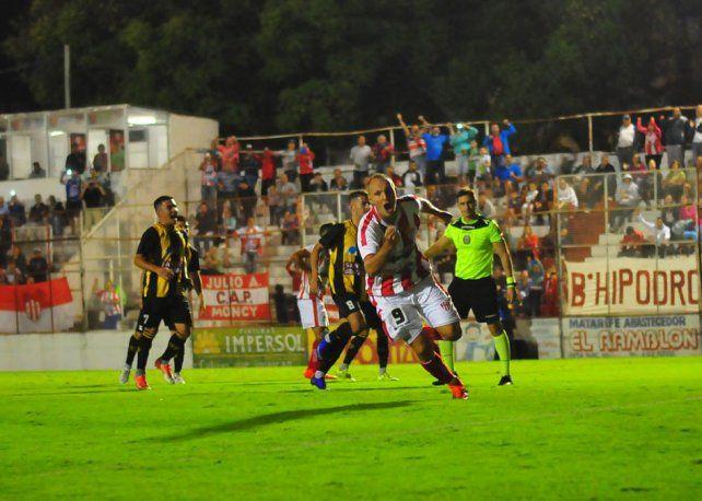 Valor agregado. Enzo Noir celebró su 21° tanto con la camiseta de Atlético Paraná. Para Tito fue uno de los más importantes.
