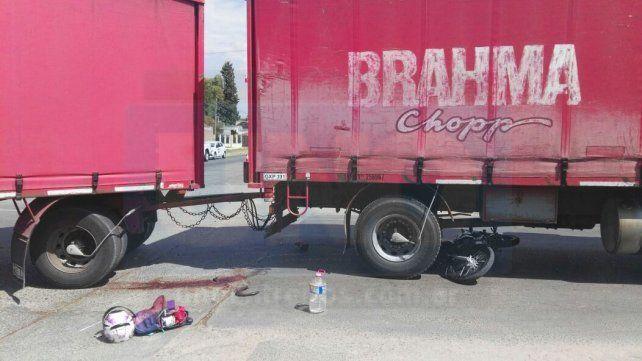 Falleció la joven motociclista que chocó contra un camión en avenida Almafuerte