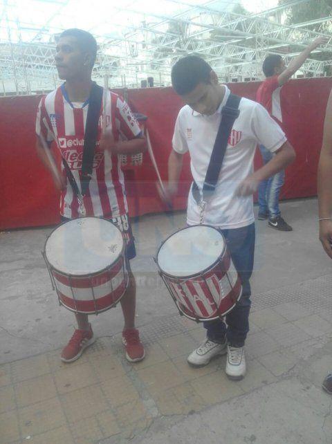 Agustín, hijo del Loco Marzo, tocando el repique en cercanías al estadio