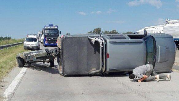 Dos vehículos volcaron sus trailers en la ruta 14