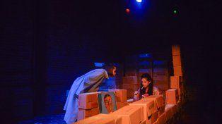 Metáfora. Las hermanas se mueven e interactúan entre un laberinto de cajas vacías.