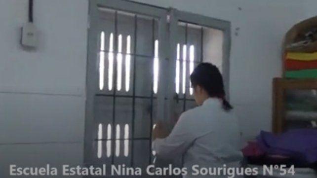VIDEO: La maestra cierra puertas y ventanas