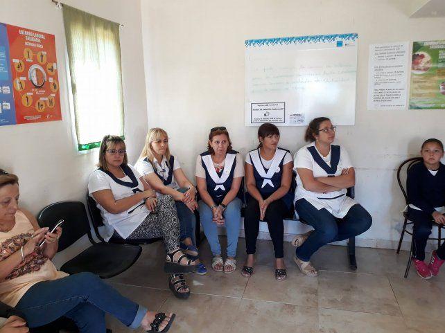 Maestras de la escuela 32 de El Brillante esperando ser atendidas en el centro de salud barrial