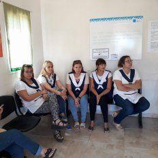 Maestras de la escuela 32 de El Brillante esperando ser atendidas en el centro de salud barrial, por los síntomas provocados por la fumigación del campo aledaño. Fuente Facebook/ Yo opino.