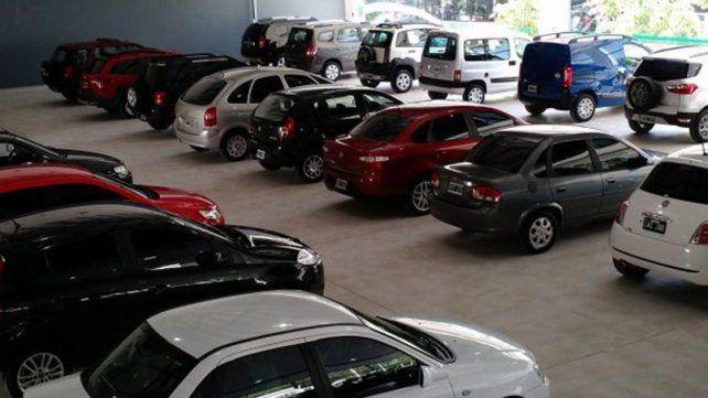 Empleado sacó dos vehículos de la concesionaria y fue denunciado por el dueño