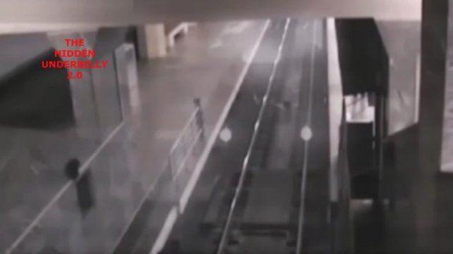 El tren fantasma que recoge pasajeros en una estación china