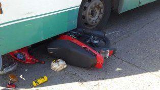 Un joven de 22 años se accidentó esta tarde al chocar contra un colectivo