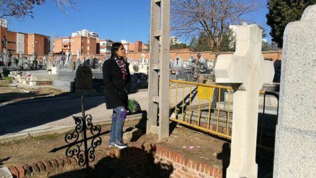 Mitchel Vargas regresó a la tumba que la tragó viva para colocar las flores al difunto.Foto:Carleth Morales