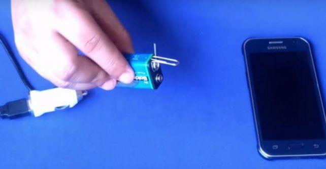 Cómo cargar el teléfono celular sin electricidad en 3 pasos