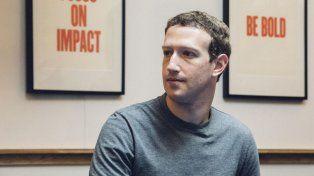 A tres días del escándalo mundial de Facebook, Mark Zuckerberg salió a dar explicaciones