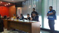 Atento. El licenciado junto a sus abogados Iván Vernengo y Damián Petenatti escucha los testimonios.