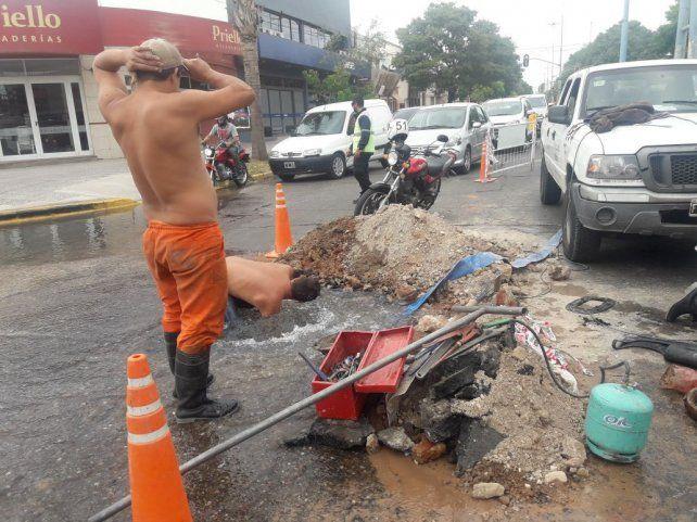 Los obreros le pusieron el cuerpo al caño roto.